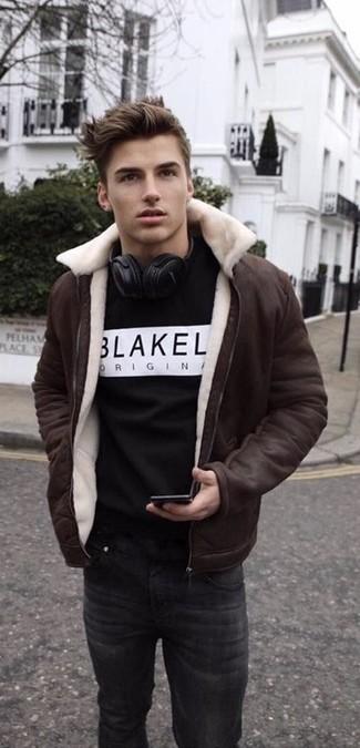 Wie kombinieren: dunkelbraune Lammfelljacke, schwarzes und weißes bedrucktes Sweatshirt, schwarze Jeans