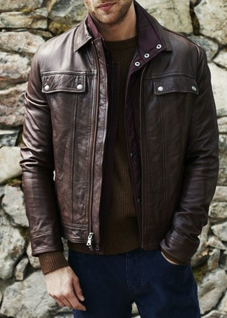 Wie kombinieren: dunkelbraune Leder Bomberjacke, dunkelbrauner Pullover mit einem Rundhalsausschnitt, dunkelblaue Jeans