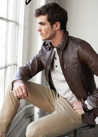 Wie kombinieren: dunkelbraune Leder Bomberjacke, hellbeige Henley-Pullover, beige Chinohose
