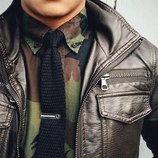 Wie kombinieren: dunkelbraune Leder Bomberjacke, olivgrünes Camouflage Langarmhemd, schwarze Strick Krawatte