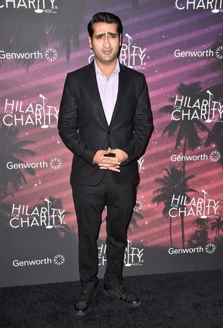 Wie kombinieren: dunkelbrauner Anzug, rosa Businesshemd, dunkelbraune hohe Sneakers