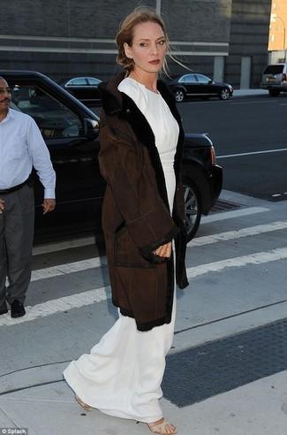 Dunkelbrauner lammfellmantel weisses maxikleid hellbeige elastische sandaletten large 22786
