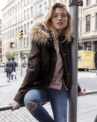 Wie kombinieren: dunkelbrauner Parka, rosa Pullover mit einem Rundhalsausschnitt, blaue enge Jeans mit Destroyed-Effekten