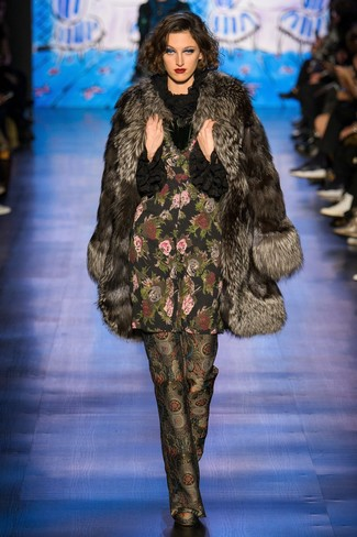 dunkelbrauner Pelz, schwarze Langarmbluse mit Rüschen, schwarze bedruckte weite Hose für Damen