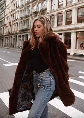Dunkelbraunen Pelz kombinieren – 54 Damen Outfits: Ein dunkelbrauner Pelz und hellblaue Jeans sind hervorragend geeignet, um ein edles aber müheloses Outfit zu erzeugen.