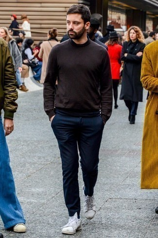 30 Jährige: Hose kombinieren: trends 2020: Vereinigen Sie einen dunkelbraunen Rollkragenpullover mit einer Hose für ein Alltagsoutfit, das Charakter und Persönlichkeit ausstrahlt. Entscheiden Sie sich für weißen Leder niedrige Sneakers, um Ihr Modebewusstsein zu zeigen.