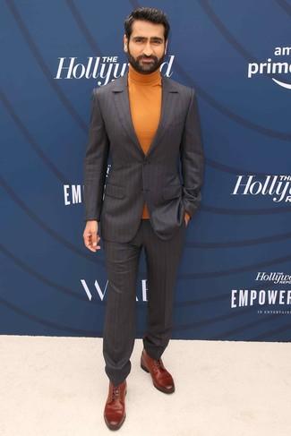Wie kombinieren: dunkelbrauner vertikal gestreifter Anzug, orange Rollkragenpullover, braune Lederformelle stiefel