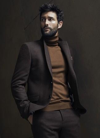 Wie kombinieren: dunkelbrauner Wollanzug, brauner Rollkragenpullover, braunes bedrucktes Einstecktuch