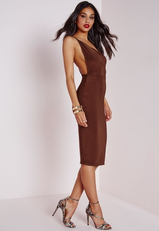 Wie kombinieren: dunkelbraunes figurbetontes Kleid, graue Leder Sandaletten mit Schlangenmuster, goldenes Armband