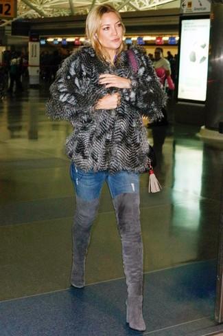Wie kombinieren: dunkelgraue Pelzjacke, blaue enge Jeans, dunkelgraue Overknee Stiefel aus Wildleder