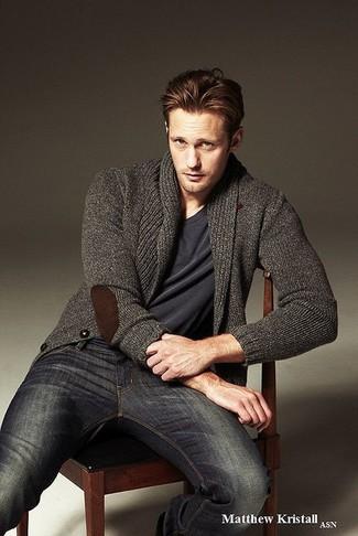 Wie kombinieren: dunkelgraue Strickjacke mit einem Schalkragen, dunkelgraues T-Shirt mit einem V-Ausschnitt, dunkelblaue Jeans