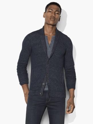Wie kombinieren: dunkelgraue Strickjacke mit einem Schalkragen, graues T-shirt mit einer Knopfleiste, dunkelgraue Jeans