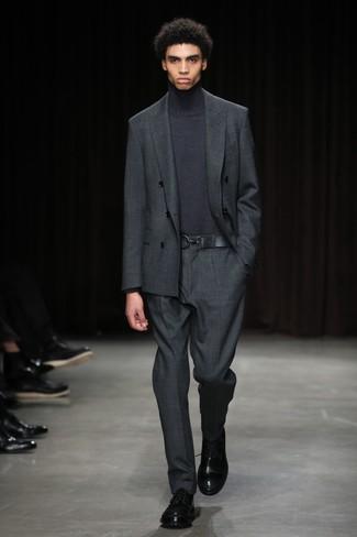 Wie kombinieren: dunkelgrauer Anzug, dunkelgrauer Rollkragenpullover, schwarze Leder Derby Schuhe