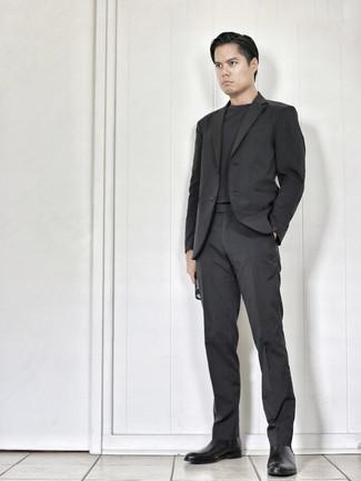 Dunkelgraues T-Shirt mit einem Rundhalsausschnitt kombinieren – 995+ Herren Outfits: Kombinieren Sie ein dunkelgraues T-Shirt mit einem Rundhalsausschnitt mit einem dunkelgrauen Anzug für Drinks nach der Arbeit. Fühlen Sie sich ideenreich? Entscheiden Sie sich für schwarzen Chelsea Boots aus Leder.