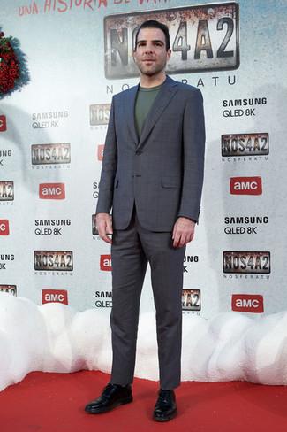 Wie kombinieren: dunkelgrauer Anzug mit Karomuster, dunkelgrüner Pullover mit einem Rundhalsausschnitt, schwarze Leder Oxford Schuhe