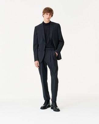 dunkelgrauer Anzug mit Karomuster, schwarzer Rollkragenpullover, schwarze Lederfreizeitstiefel für Herren