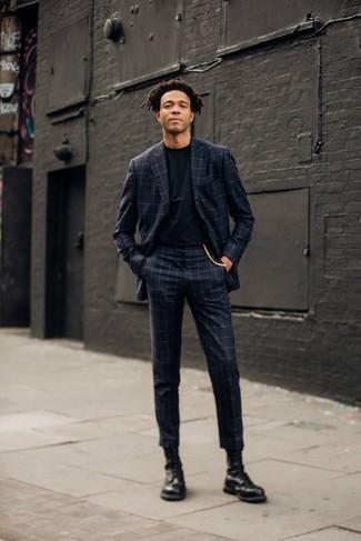 Schwarze Lederfreizeitstiefel kombinieren: trends 2020: Die Paarung aus einem dunkelgrauen Anzug mit Karomuster und einem schwarzen T-Shirt mit einem Rundhalsausschnitt ist eine perfekte Wahl für einen Tag im Büro. Eine schwarze Lederfreizeitstiefel fügen sich nahtlos in einer Vielzahl von Outfits ein.