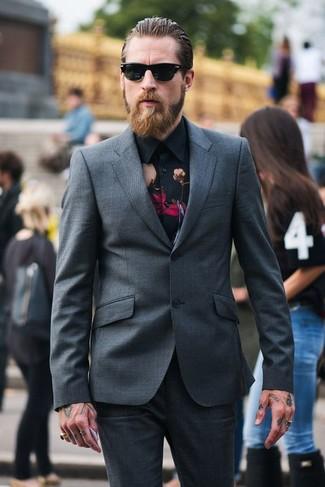 Wie kombinieren: dunkelgrauer Anzug, schwarzes Businesshemd mit Blumenmuster, schwarze Sonnenbrille