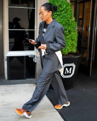 40 Jährige: Casual Outfits Damen 2020: Um einen unkompliziertfen aber glamurösen Casual-Look zu erreichen, erwägen Sie das Tragen von einem schwarzen und weißen bedruckten T-Shirt mit einem Rundhalsausschnitt und einem dunkelgrauen Anzug. Fühlen Sie sich mutig? Entscheiden Sie sich für rotbraunen Sportschuhe.