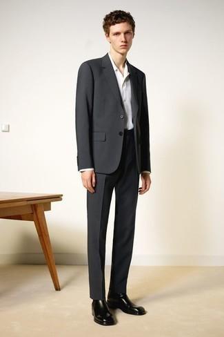 Elegante Outfits Herren 2020: Kombinieren Sie einen dunkelgrauen Anzug mit einem weißen Businesshemd mit Karomuster für eine klassischen und verfeinerte Silhouette. Fühlen Sie sich ideenreich? Entscheiden Sie sich für schwarzen Chelsea Boots aus Leder.