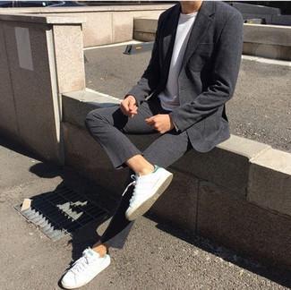 Weiße und grüne Leder niedrige Sneakers kombinieren – 108 Herren Outfits: Entscheiden Sie sich für einen dunkelgrauen Anzug und ein weißes Langarmshirt, um einen modischen Freizeitlook zu kreieren. Fühlen Sie sich mutig? Wählen Sie weißen und grünen Leder niedrige Sneakers.
