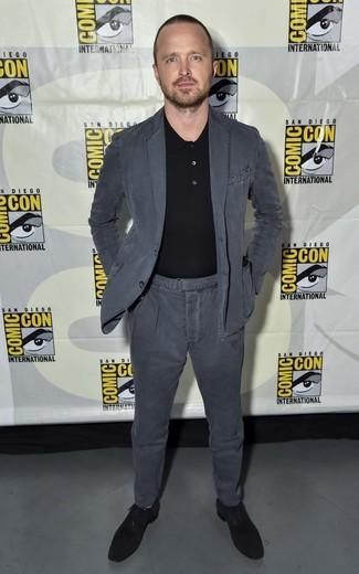 Aaron Paul trägt dunkelgrauer Baumwollanzug, schwarzes Polohemd, schwarze Wildleder Oxford Schuhe