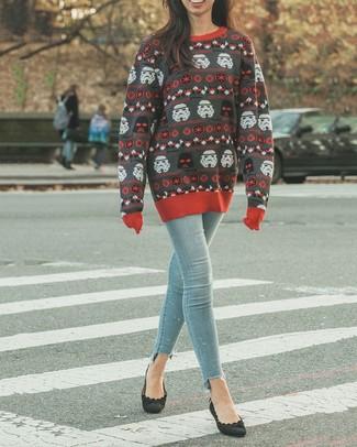 Wie kombinieren: dunkelgrauer bedruckter Pullover mit einem Rundhalsausschnitt, hellblaue enge Jeans, schwarze Wildleder Pumps