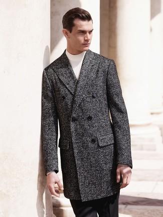 Wie kombinieren: dunkelgrauer Mantel mit Fischgrätenmuster, weißer Rollkragenpullover, schwarze Anzughose