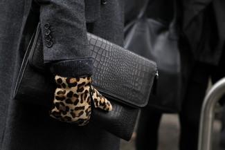 Wie kombinieren: dunkelgrauer Mantel, schwarze Leder Clutch Handtasche, beige Wildlederhandschuhe mit Leopardenmuster