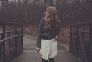 Wie kombinieren: dunkelgrauer Oversize Pullover, hellbeige Shirtkleid, dunkelbrauner Ledergürtel