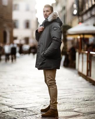 Wie kombinieren: dunkelgrauer Parka, beige enge Jeans, dunkelbraune Wildlederfreizeitstiefel