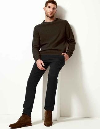 Wie kombinieren: dunkelgrauer Pullover mit einem Rundhalsausschnitt, schwarze Chinohose, dunkelbraune Chukka-Stiefel aus Wildleder