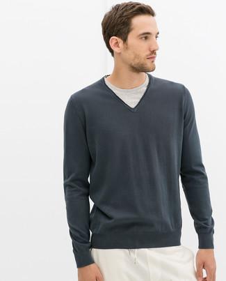 Wie kombinieren: dunkelgrauer Pullover mit einem V-Ausschnitt, graues T-Shirt mit einem Rundhalsausschnitt, weiße Jogginghose