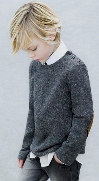 Wie kombinieren: dunkelgrauer Pullover, weißes Langarmhemd, graue Jeans