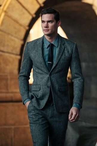 Wie kombinieren: dunkelgrauer Wollanzug, blaues Jeanshemd, schwarze Krawatte