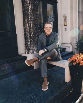 Herren Outfits & Modetrends: Entscheiden Sie sich für einen klassischen Stil in einem dunkelgrauen Wollanzug und einem dunkelblauen Chambray Businesshemd. Bringen Sie die Dinge durcheinander, indem Sie braunen Chelsea-Stiefel aus Wildleder mit diesem Outfit tragen.