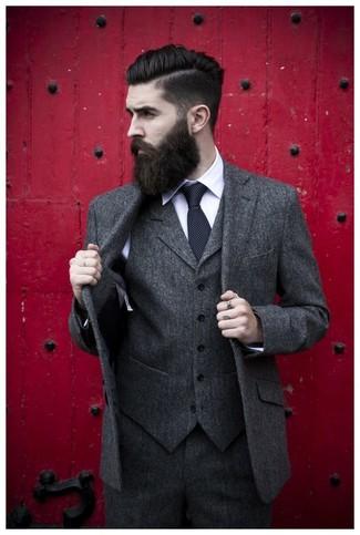 dunkelgrauer Wolldreiteiler, weißes Businesshemd, schwarze gepunktete Krawatte für Herren