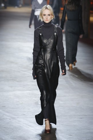 dunkelgrauer Strick Wollrollkragenpullover, schwarzer Leder Kleiderrock, dunkelbraune Leder Pumps für Damen