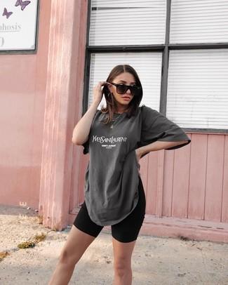 Wie kombinieren: dunkelgraues bedrucktes T-Shirt mit einem Rundhalsausschnitt, schwarze Radlerhose, schwarze Sonnenbrille