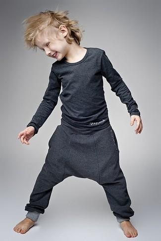 Wie kombinieren: dunkelgraues Langarmshirt, dunkelgraue Jogginghose