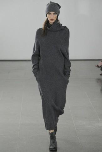 Wie kombinieren: dunkelgraues Sweatkleid, schwarze flache Stiefel mit einer Schnürung aus Leder, dunkelgraue Mütze