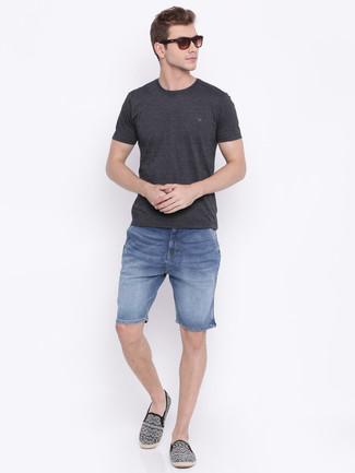 Wie kombinieren: dunkelgraues T-Shirt mit einem Rundhalsausschnitt, blaue Jeansshorts, schwarze bedruckte Segeltuch Espadrilles