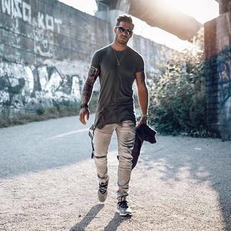 Wie kombinieren: dunkelgraues T-Shirt mit einem Rundhalsausschnitt, graue Jeans, graue Sportschuhe