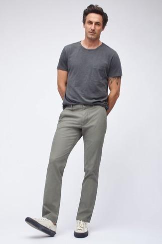 Herren Outfits & Modetrends für heiß Wetter: Tragen Sie ein dunkelgraues T-Shirt mit einem Rundhalsausschnitt und grauen Jeans für einen bequemen Alltags-Look. Ergänzen Sie Ihr Look mit weißen Leder niedrigen Sneakers.