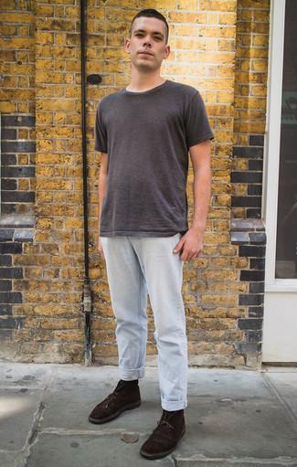 Dunkelgraues T-Shirt mit einem Rundhalsausschnitt kombinieren: trends 2020: Erwägen Sie das Tragen von einem dunkelgrauen T-Shirt mit einem Rundhalsausschnitt und hellblauen Jeans, um mühelos alles zu meistern, was auch immer der Tag bringen mag. Setzen Sie bei den Schuhen auf die klassische Variante mit dunkelbraunen Chukka-Stiefeln aus Wildleder.