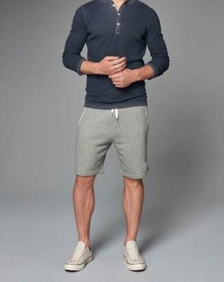 Wie kombinieren: dunkelgraues T-shirt mit einer Knopfleiste, graue Shorts, hellbeige niedrige Sneakers