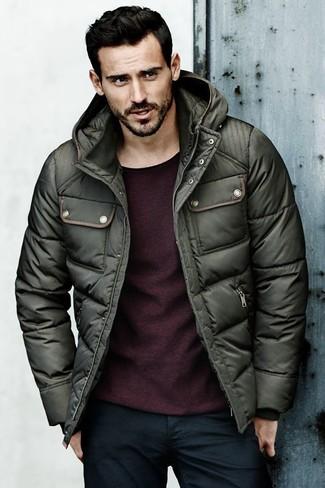 Wie kombinieren: dunkelgrüne Daunenjacke, dunkelroter Pullover mit einem Rundhalsausschnitt, dunkelblaue Jeans