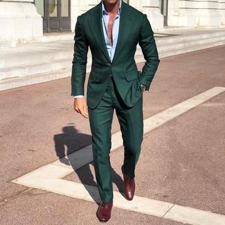 Wie kombinieren: dunkelgrüner Anzug, hellblaues Businesshemd, dunkelrote Leder Oxford Schuhe