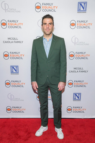 Dunkelgrünen Anzug kombinieren: trends 2020: Tragen Sie einen dunkelgrünen Anzug und ein hellblaues vertikal gestreiftes Langarmhemd für eine klassischen und verfeinerte Silhouette. Machen Sie diese Aufmachung leger mit weißen Leder niedrigen Sneakers.