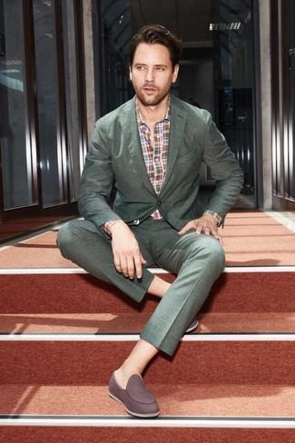 Wie kombinieren: dunkelgrüner Anzug, mehrfarbiges Langarmhemd mit Schottenmuster, dunkelbraune Wildleder Slipper